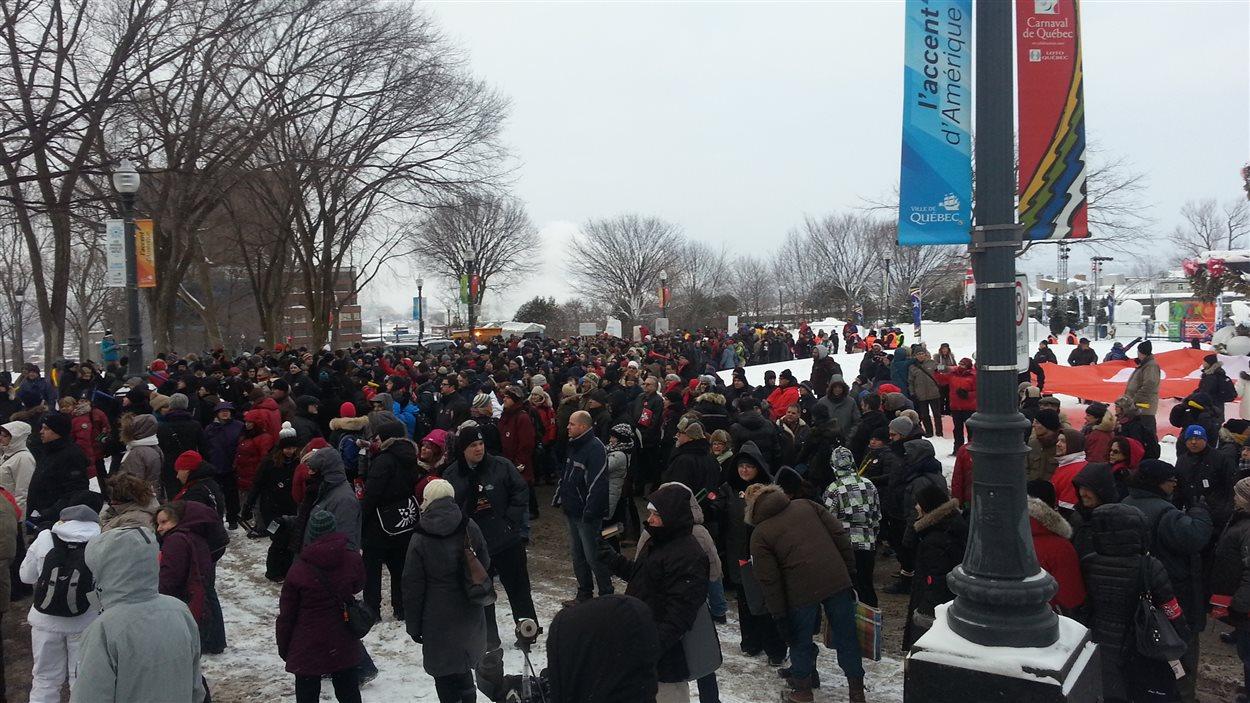 Plusieurs centaines de personnes sont présentes pour dénoncer les politiques d'austérité du gouvernement Couillard.