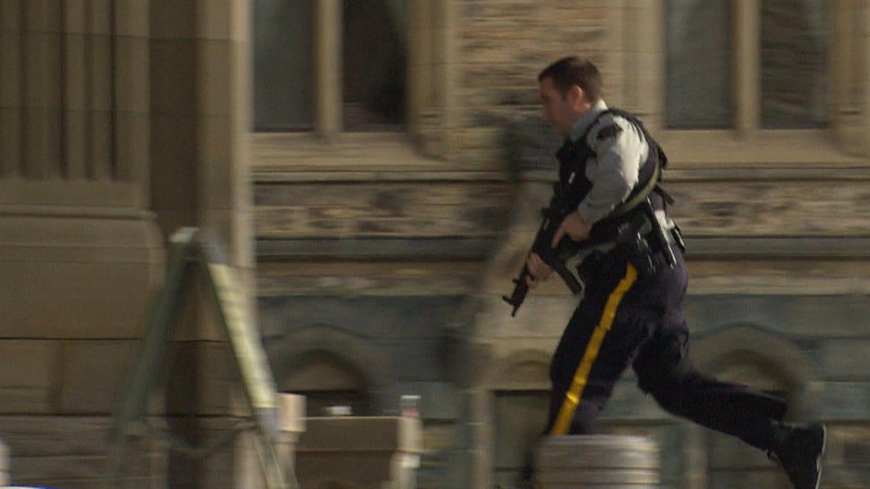 Un garde de sécurité au parlement le 22 octobre