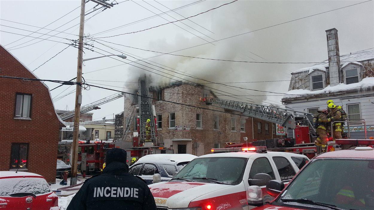 L'incendie monopolise le travail de plusieurs pompiers.