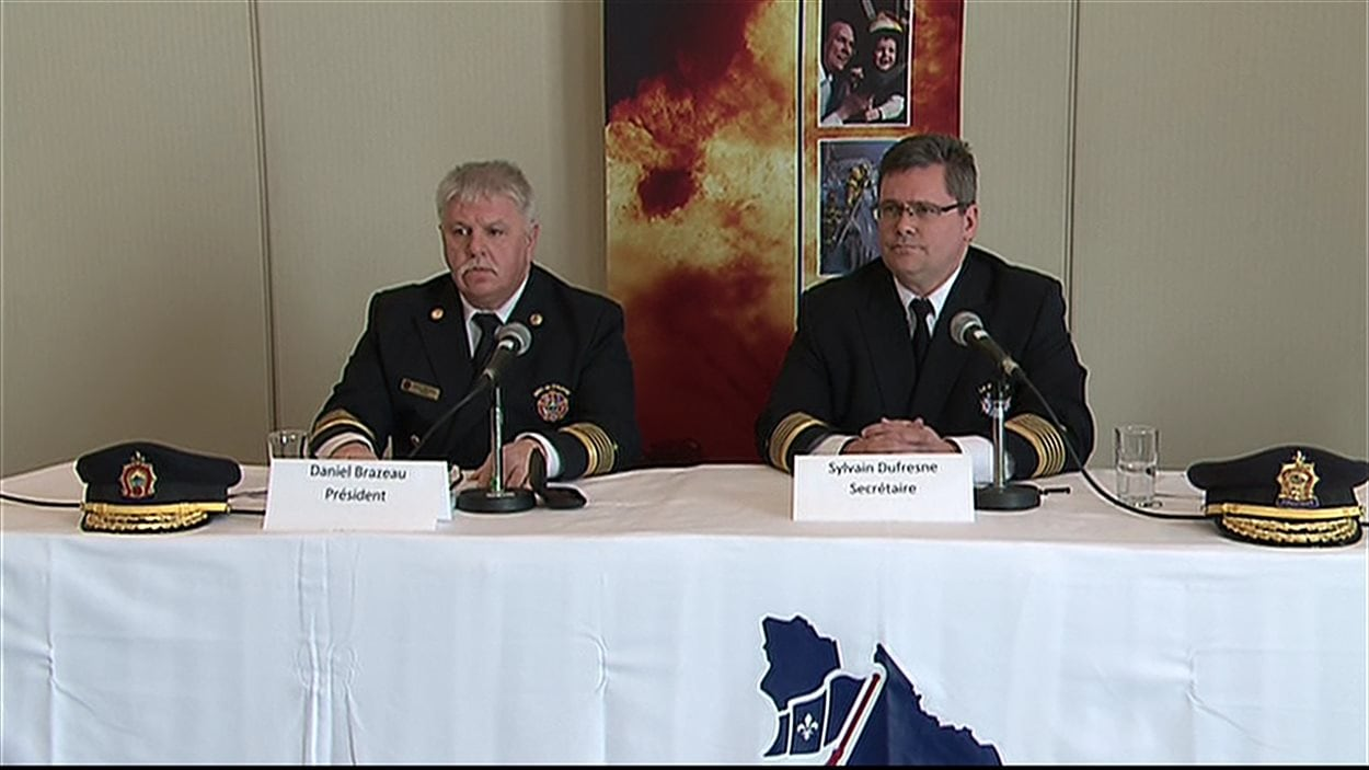 Le président de l'Association des chefs en sécurité incendie du Québec, Daniel Brazeau, accompagné du secrétaire de l'organisme, Sylvain Dufresne.