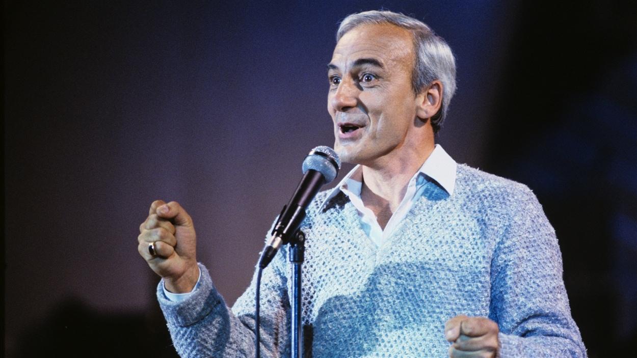 Sur la scène du Spectrum de Montréal, Yvon Deschamps divertit le public de l'émission « Samedi de rire » en 1985.