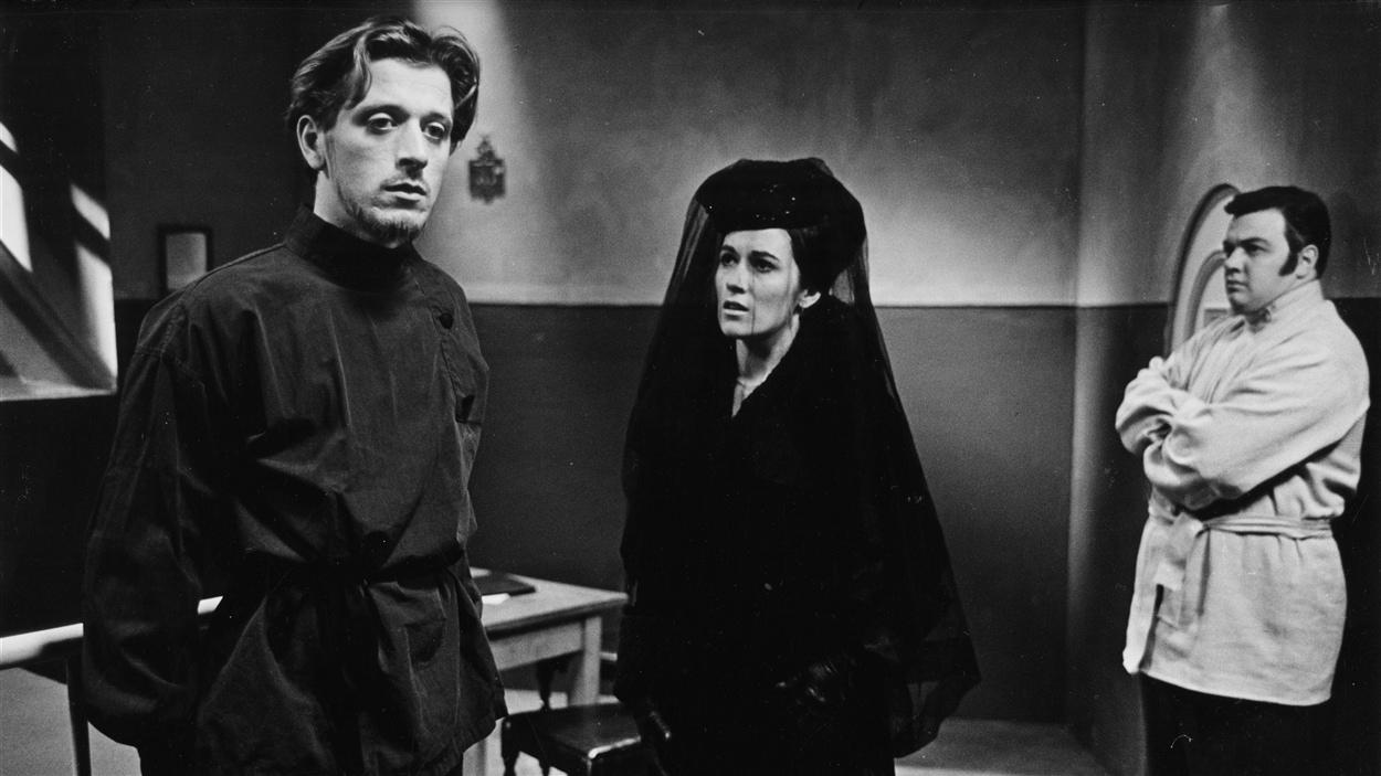 Le médecin Kergentzeff (Albert Millaire) en compagnie de Tatiana (Monique Miller) dans « La pensée » en 1963.