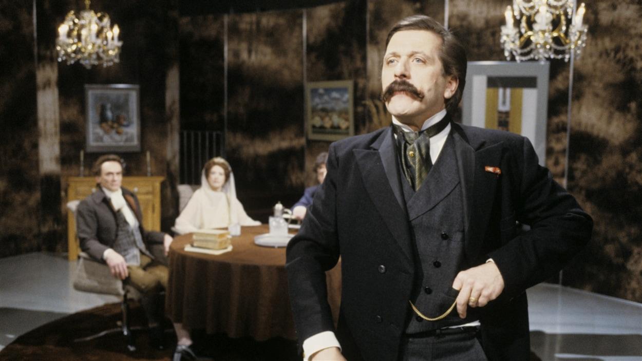 Le premier ministre du Québec, Honoré Mercier interprété par Albert Millaire. À l'émission « Les grands esprits » en 1982.