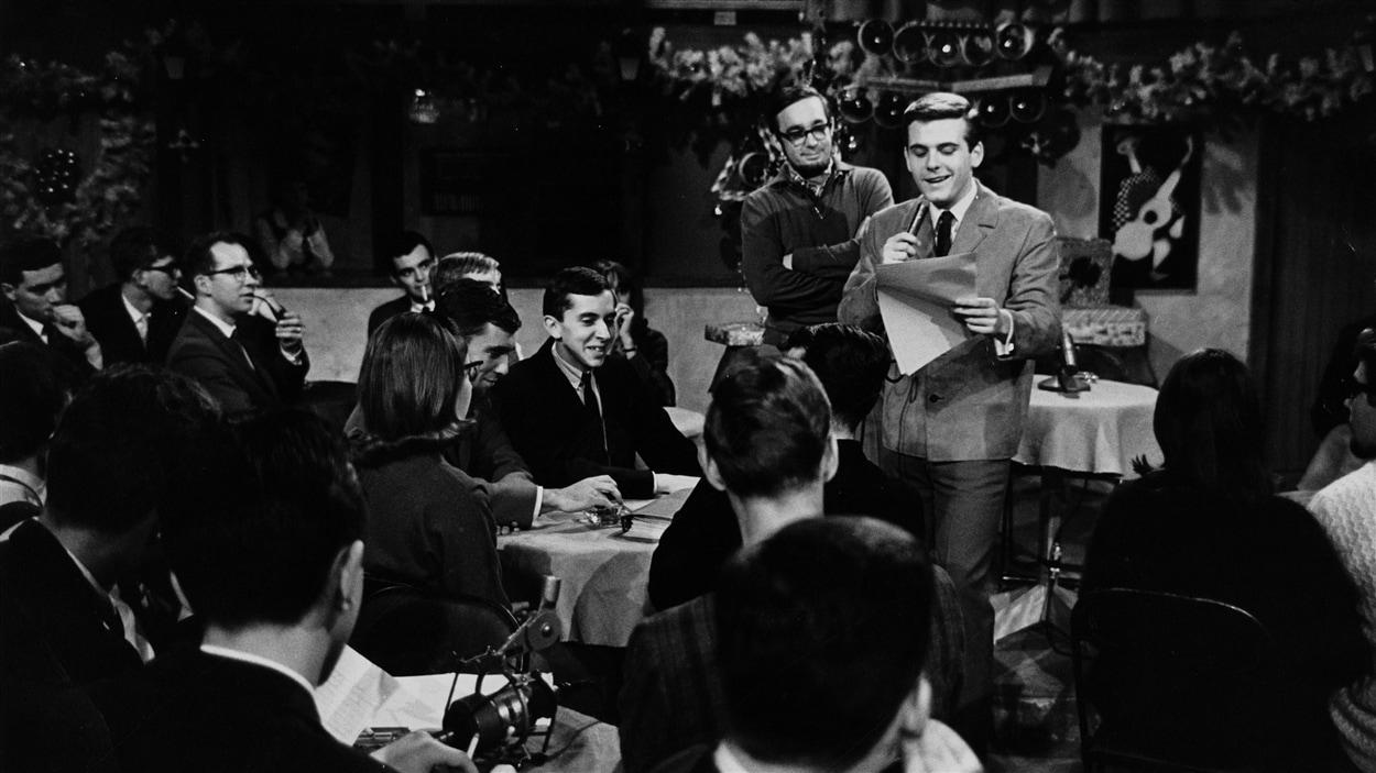 L'animateur Pierre Lalonde devant le public de «Jeunesse oblige» en 1964.