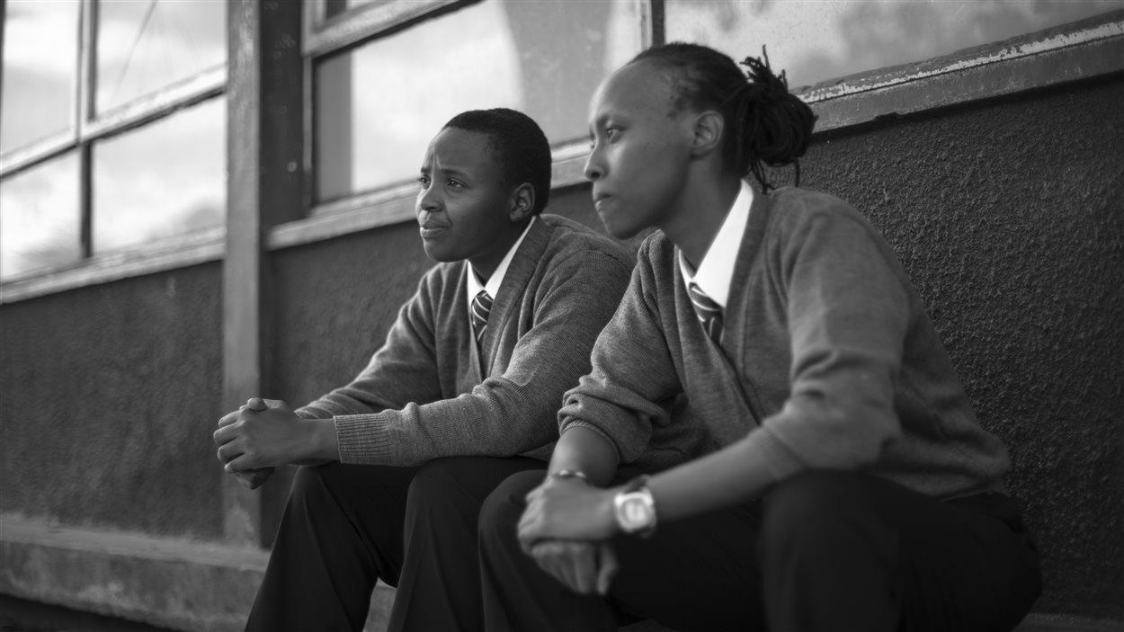 Deux collégiennes dans le court-métrage «Ask Me Nicely» de Stories of our Lives (Kenya)