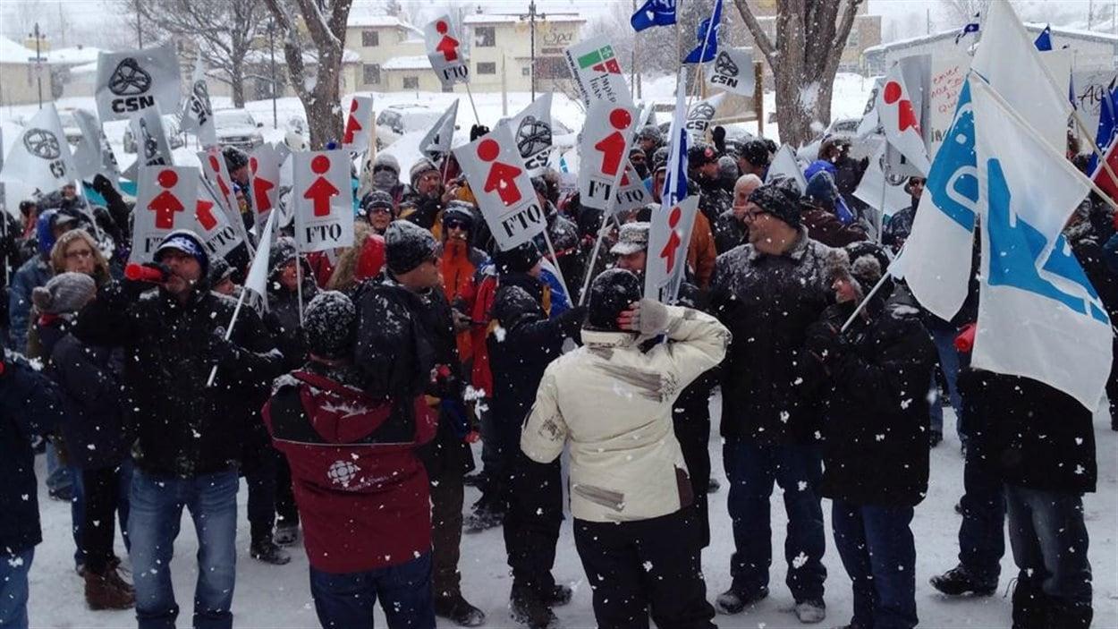 Des dizaines de manifestants attendaient Philippe Couillard, samedi, à Gatineau.