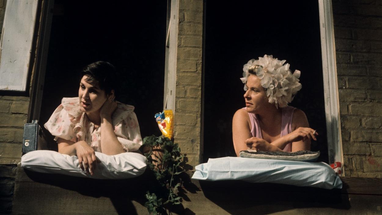 Les commères (Rita Lafontaine et Yolande Roy) dans une scène du téléthéâtre « En pièces détachées » en 1970.