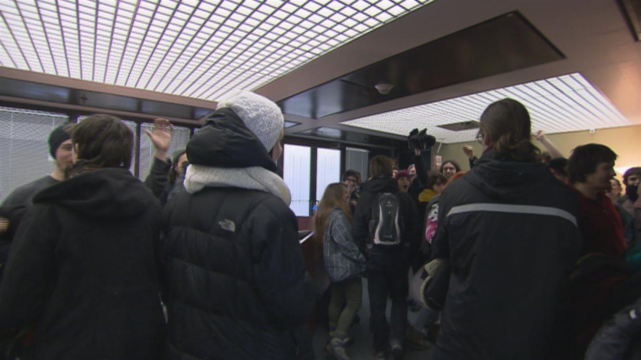 Des manifestants ont occupé les bureaux du ministre Bolduc.