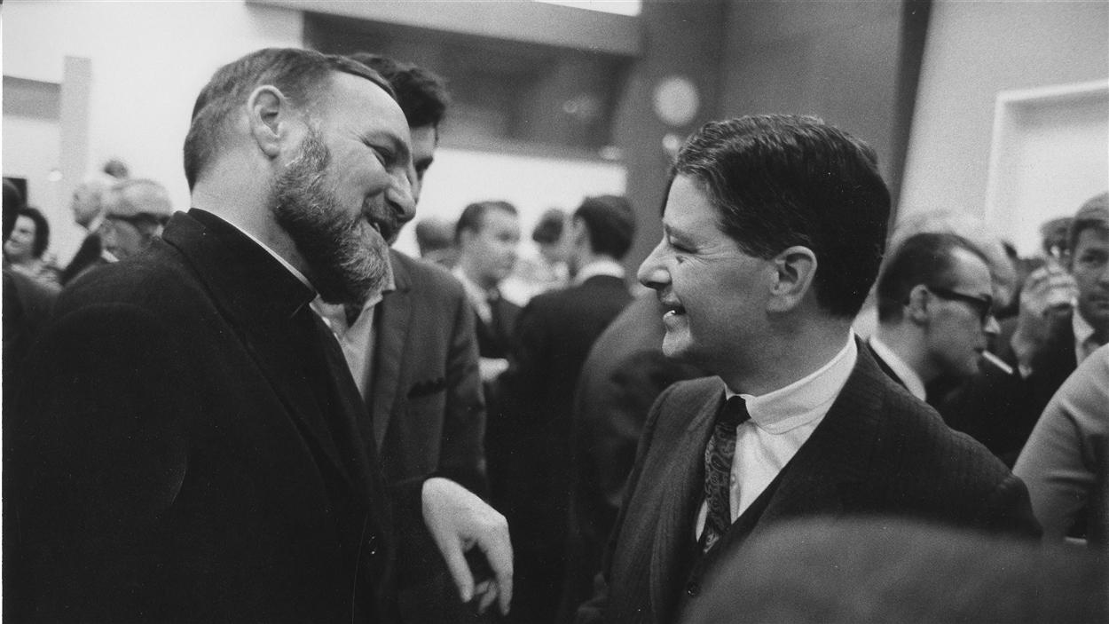 Le père Ambroise Lafortune discute avec le député libéral de Vaudreuil-Soulanges, Paul Gérin-Lajoie, en 1966.