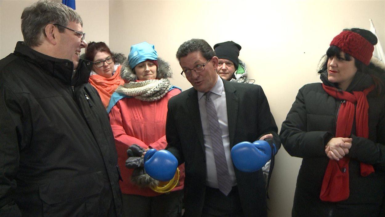 Les organismes communautaires ont donné un gant de boxe au député Marjolain Dufour et en ont conservé un. Un geste symbolique, selon eux, pour signifier qu'ils se battront ensemble contre les mesures d'austérité du gouvernement Couillard.