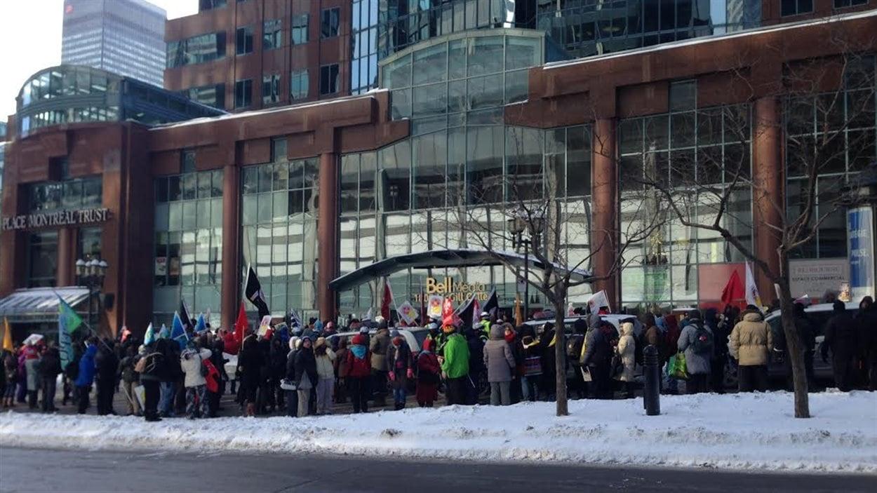 Des manifestants devant la place Montreal Trust