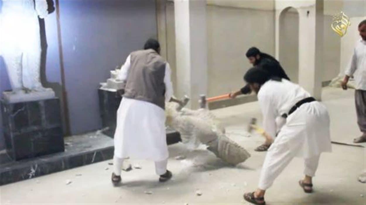 Des djihadistes du groupe armé État islamique détruisent des artéfacts du musée de Mossoul, en Irak.