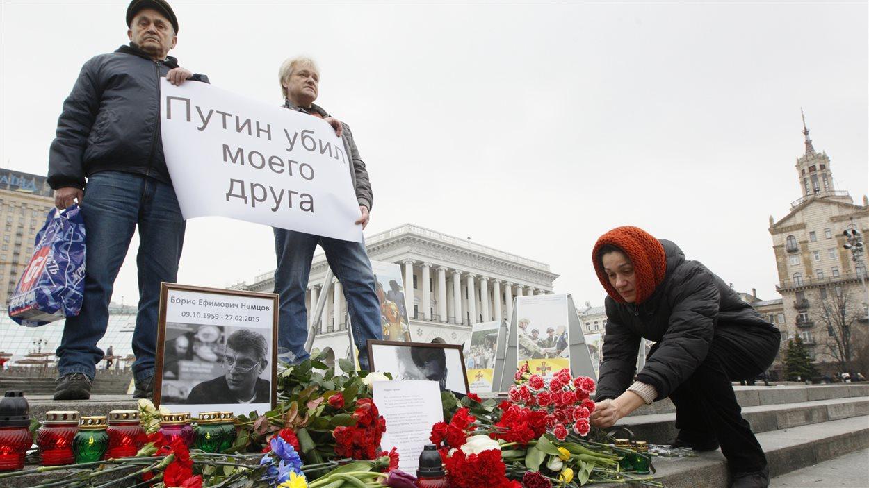 L'assassinat de Boris Nemtsov a résonné jusqu'en Ukraine, où l'on voit une femme déposer des fleurs en sa mémoire, place de l'indépendance. Sur l'affiche, on peut lire : «Poutine a tué mon ami».