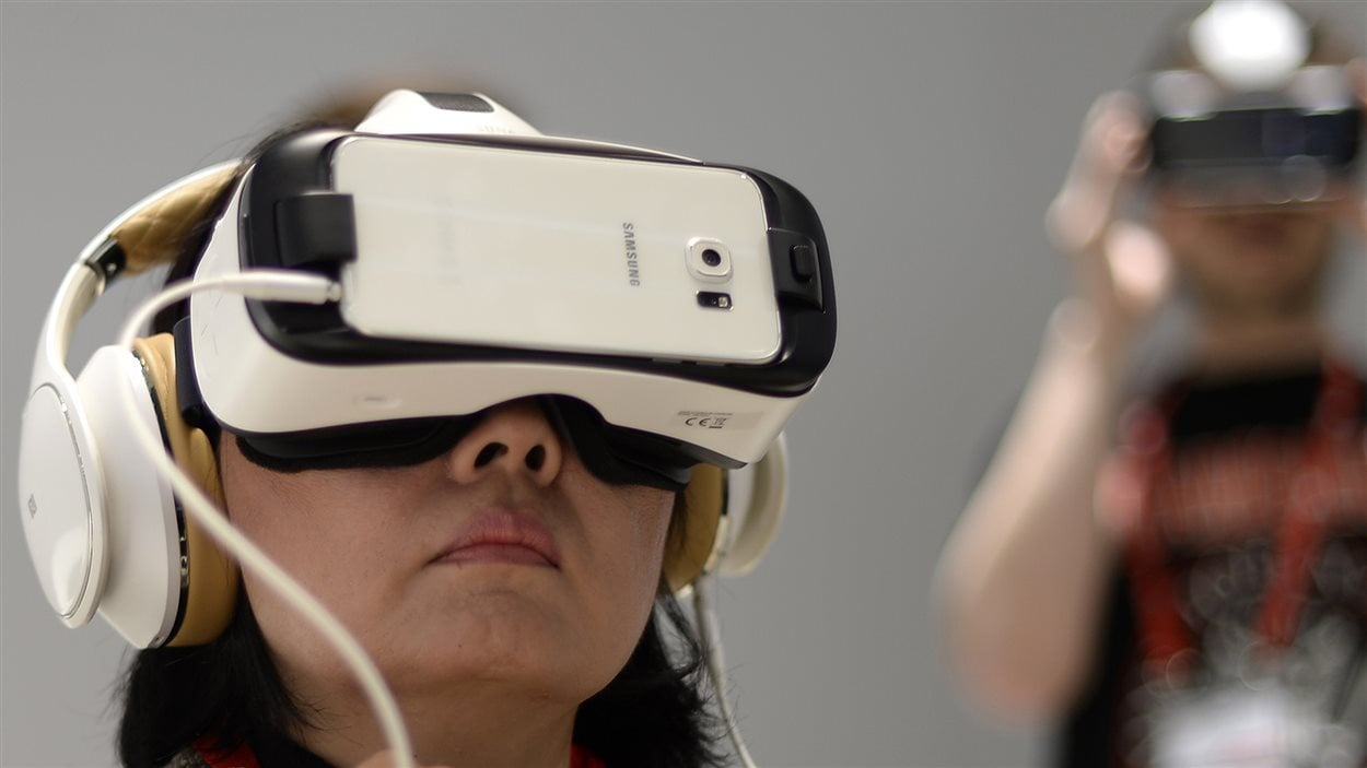 Une femme fait l'essai du casque Samsung Gear VR lors d'un événement à Barcelone en Espagne
