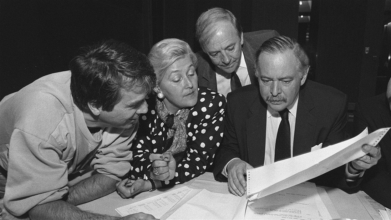 Le nouveau chef du Parti Québécois et chef de l'Opposition, Jacques Parizeau, présente un document à François Gendron, Pauline Marois et Guy Chevrette lors du caucus du parti, en mai 1988.