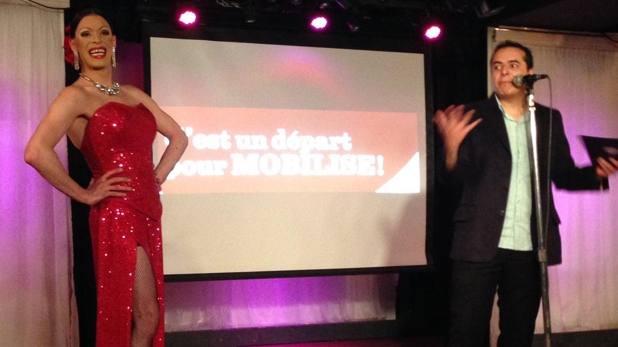 Le personnificateur féminin Tracy et le coordonnateur du projet MOBILISE, Alvaro Herrera