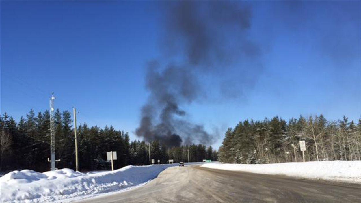 Il y a encore de la fumée dimanche matin sur le site du déraillement.