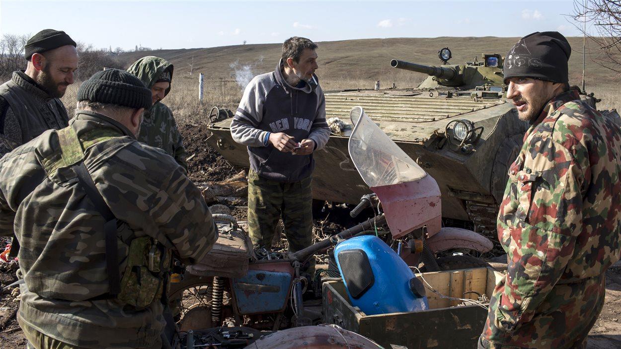 Des rebelles prorusses discutent sur la ligne de front, près du village de Molochnoye, au nord-est de Donetsk.
