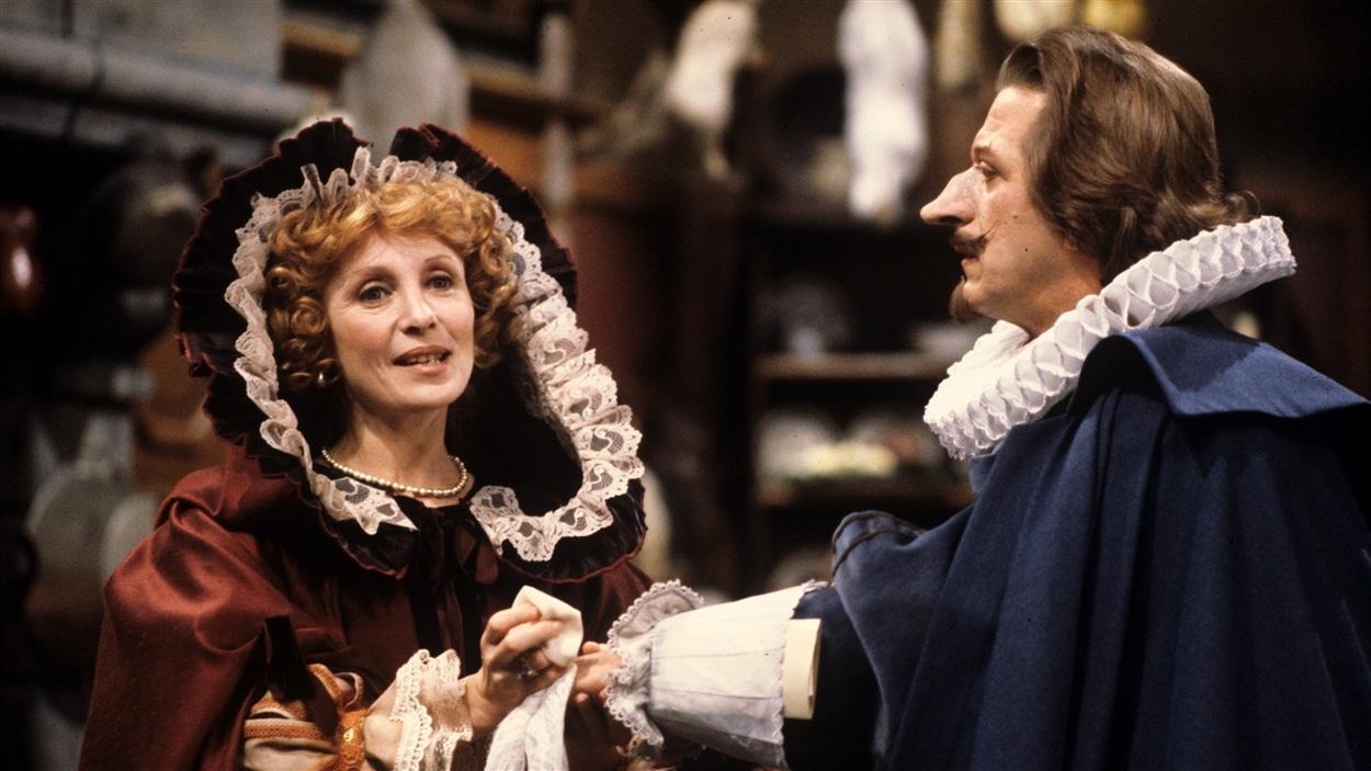 Roxane (Louise Turcot) discutant avec Cyrano de Bergerac (Albert Millaire) en 1984.