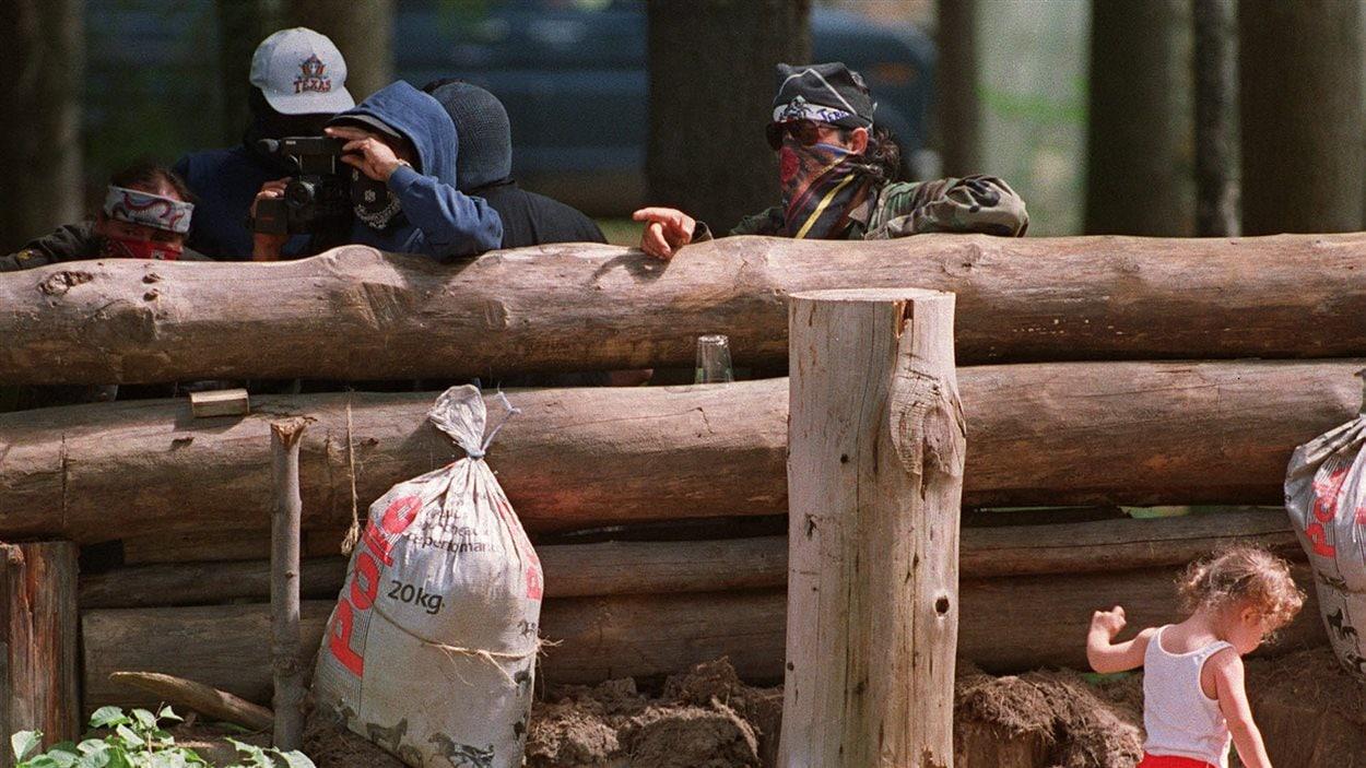 Des Mohawks autour de la barricade érigée lors de la crise d'Oka, en 1990