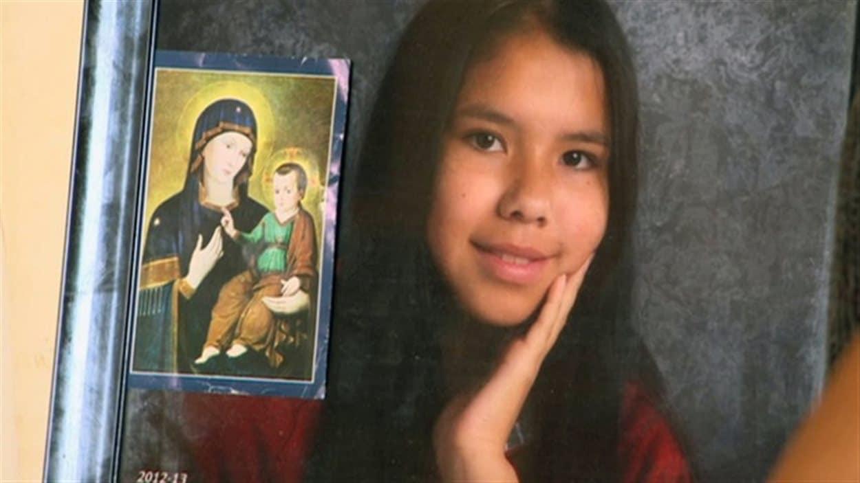 Tina Fontaine a été trouvée sans vie le 17 août dernier, enveloppée dans un sac et jetée dans la rivière Rouge à Winnipeg. Portée disparue depuis le 9 août, elle était sous la garde des services sociaux manitobains et habitait l'hôtel Best Western Charterhouse au moment de sa disparition.