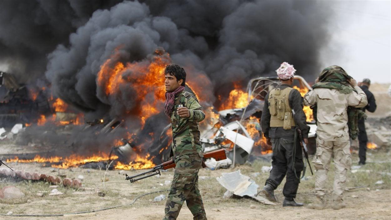 Des attentats-suicides dans des voitures chargées d'explosifs à Tikrit en Irak.