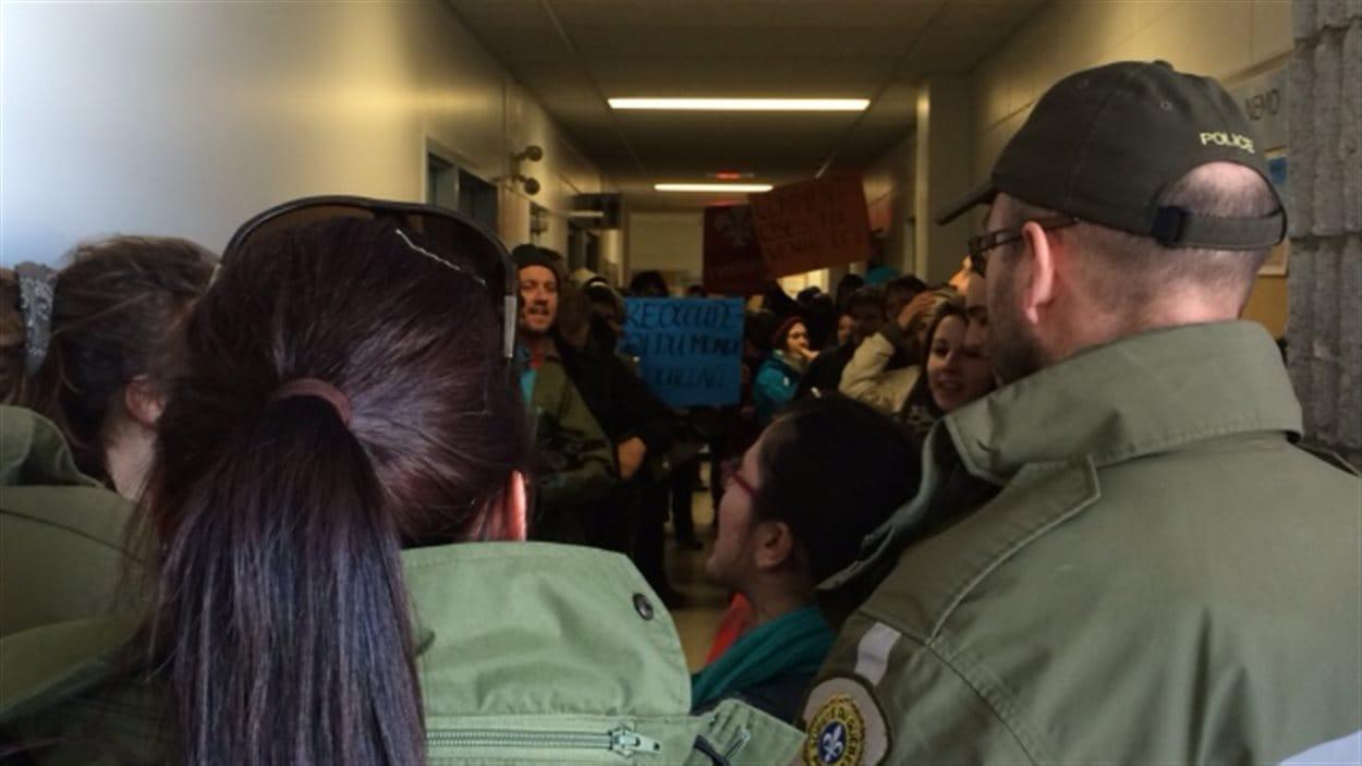 Une vingtaine de manifestants ont réussi à entrer à l'intérieur de l'édifice où se tenait la conférence de presse