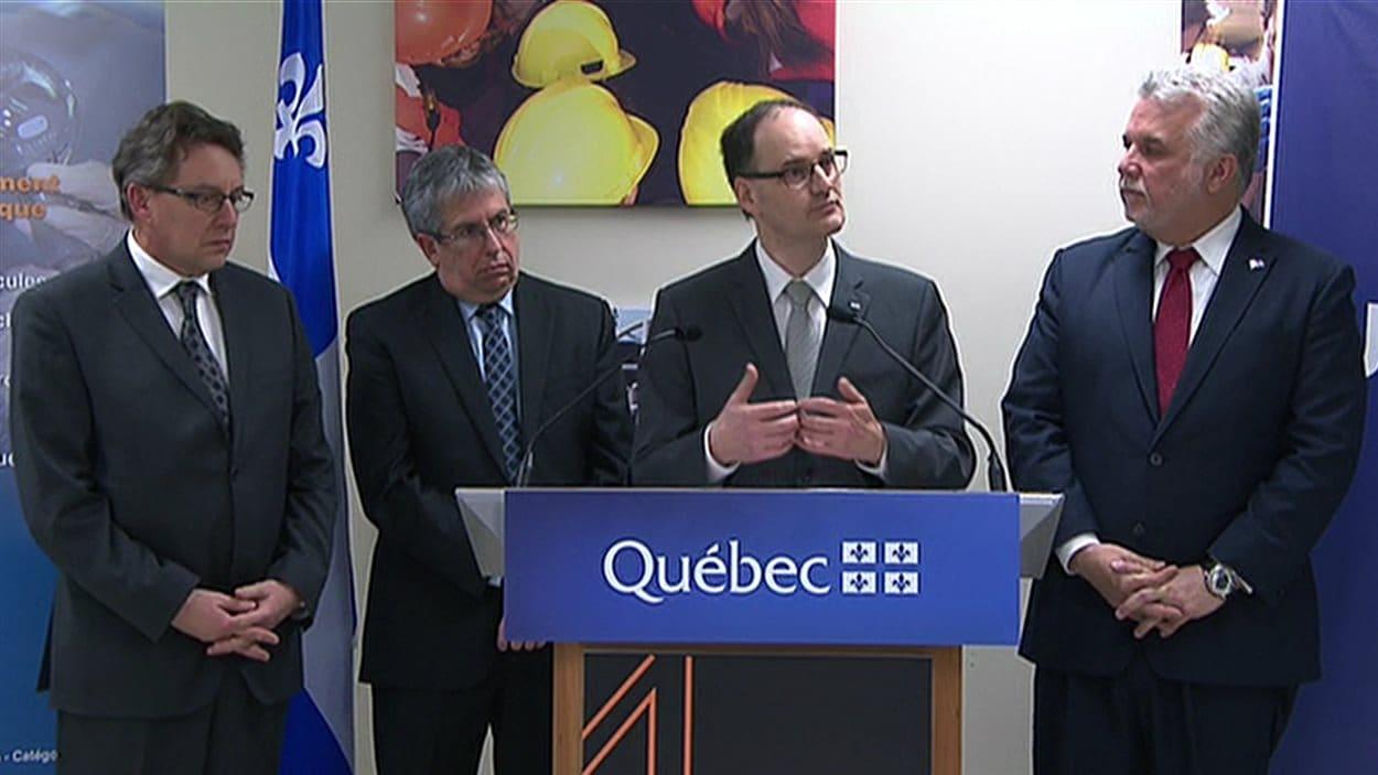 Le premier ministre Philippe Couillard en conférence de presse à Rimouski