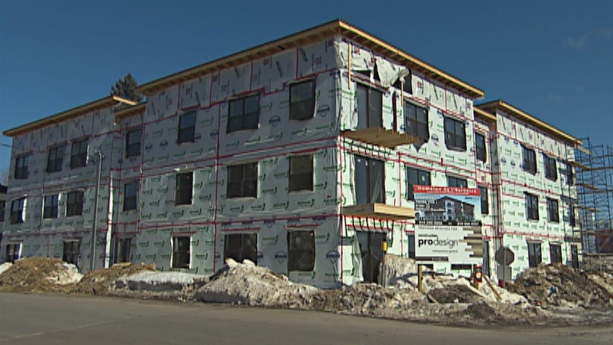 Immeuble à logements en construction sur la rue Hertel