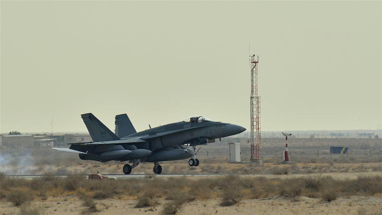 Un CF-18 canadien au Koweit, pays vosin de l'Irak.