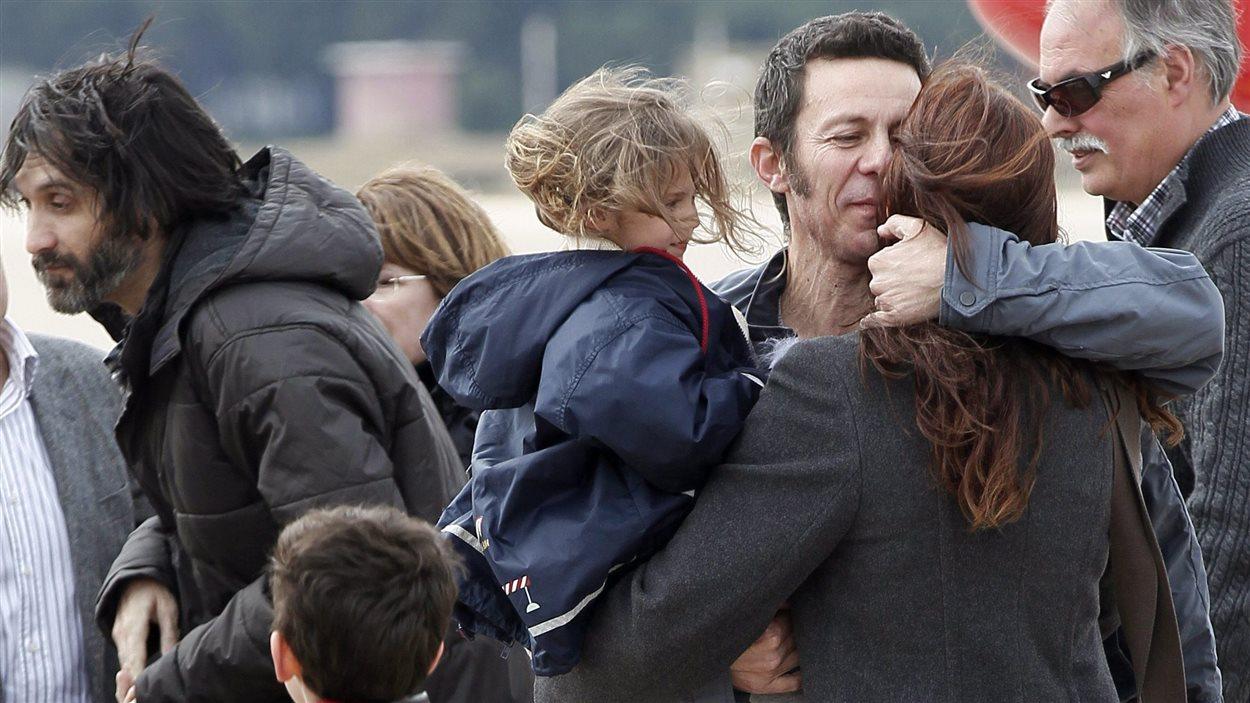 Le journaliste espagnol Javier Espinosa embrasse sa femme et sa fille lors de son retour à Madrid après sa libération, en mars 2014
