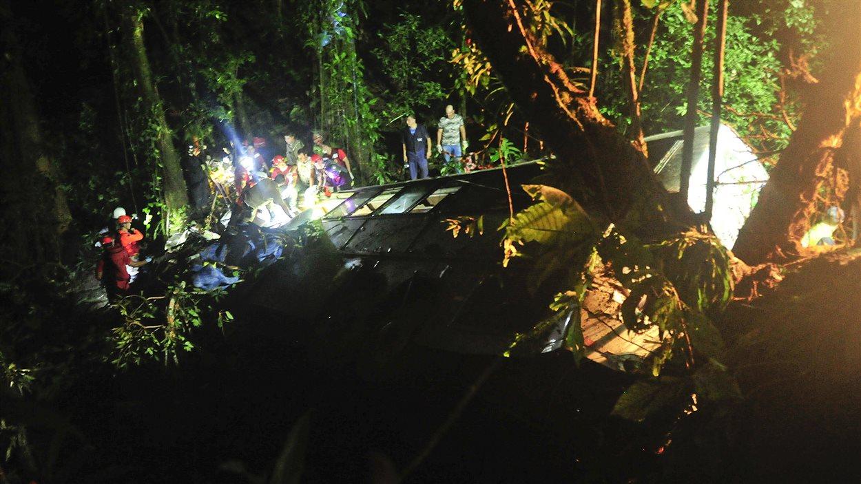 Les secouristes s'affairaient dans la nuit du 14 au 15 mars sur le site de l'accident d'autocar au sud du Brésil, près de la ville de Joinville.