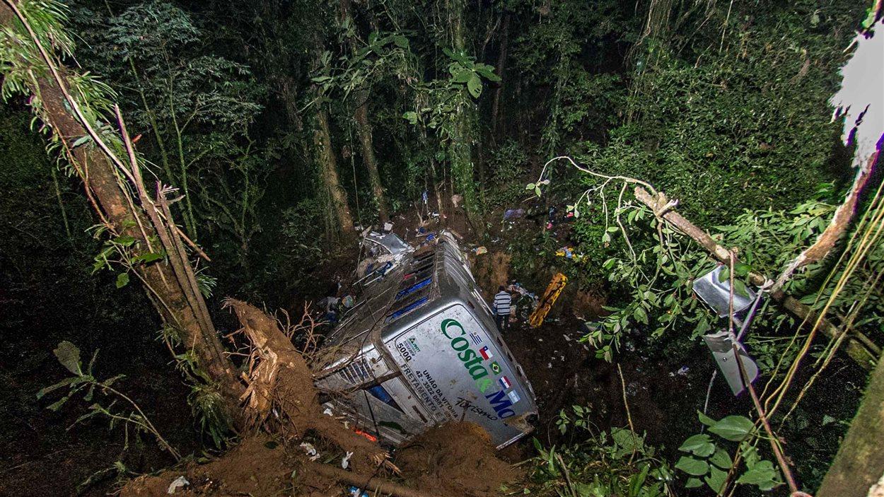 Des secouristes sont toujours à pied d'oeuvre dimanche sur le site de l'accident d'autobus au sud du Brésil.