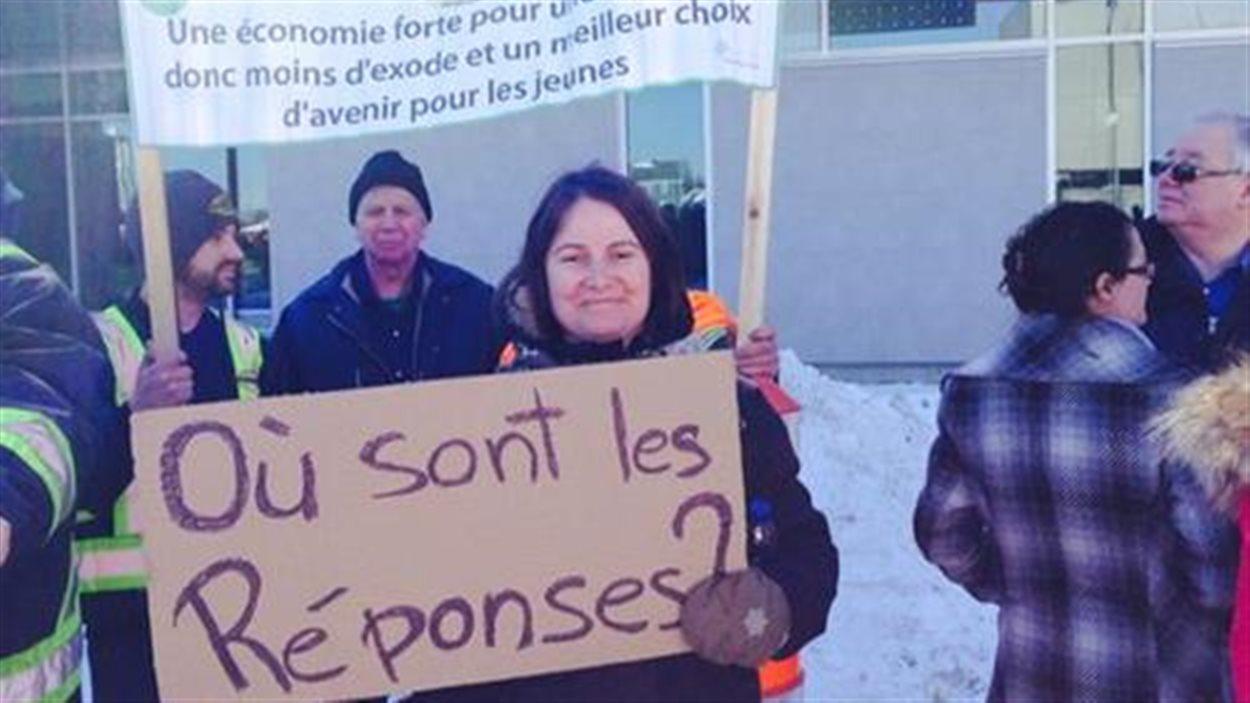 Des manifestants attendaient la conférence de presse à Sept-Îles