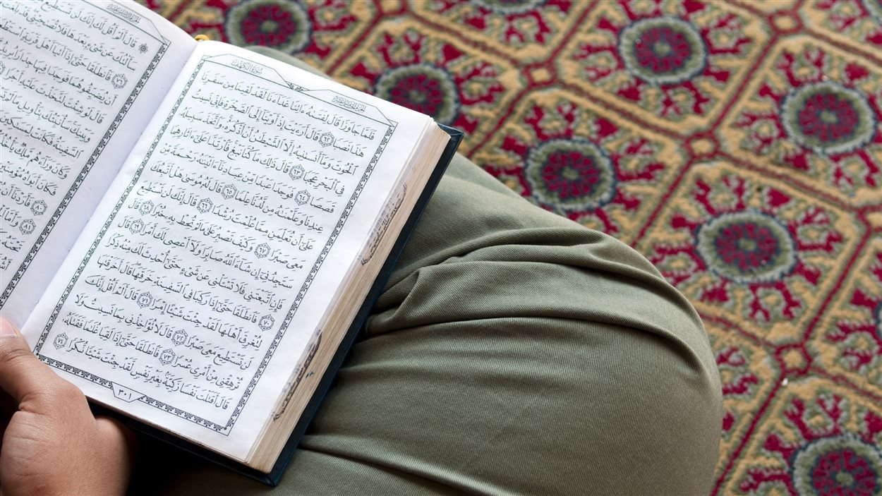 Un homme lit le Coran     Photo : Istock