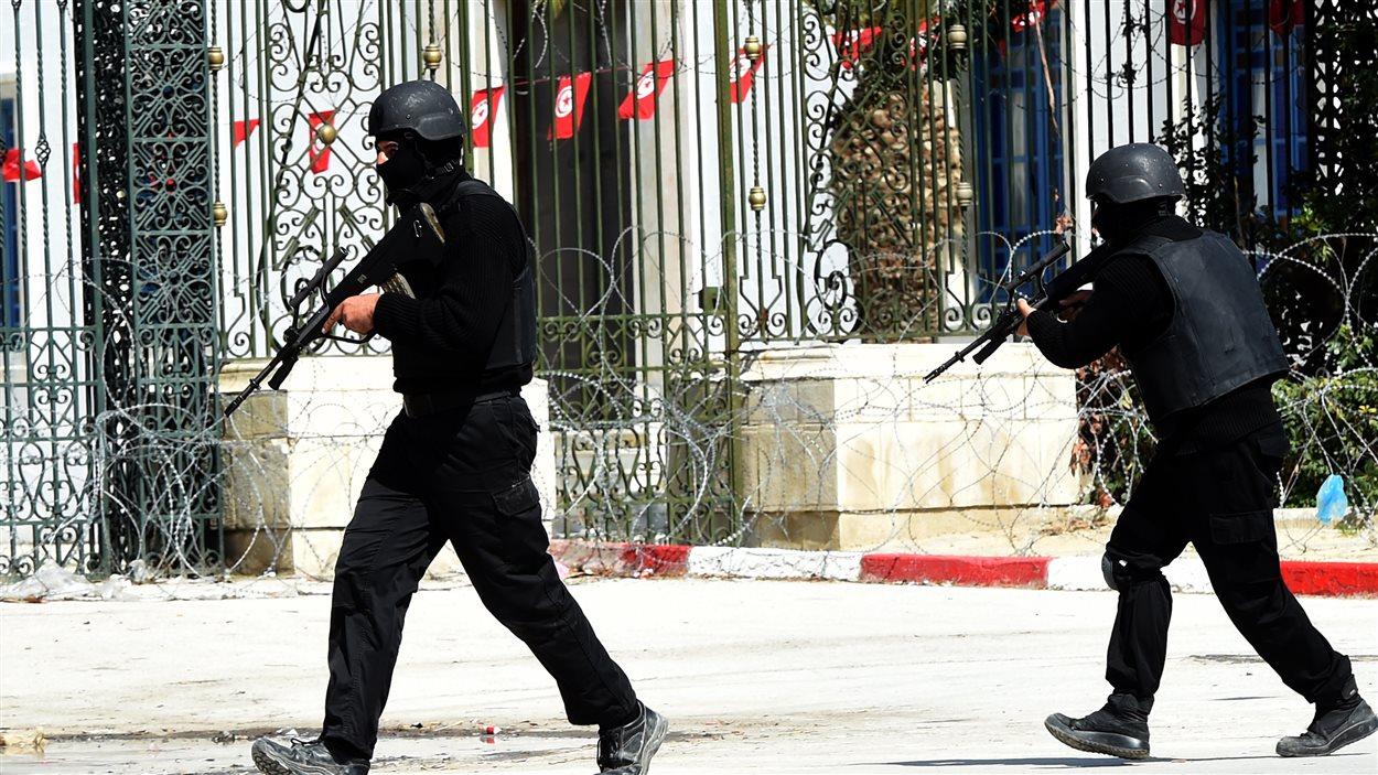 Des membres des forces de l'ordre sécurisent le périmètre de l'enceinte du parelement tunisien.