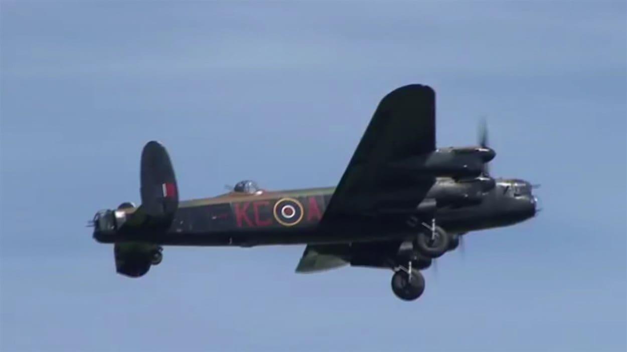 Un bombardier Lancaster en vol.
