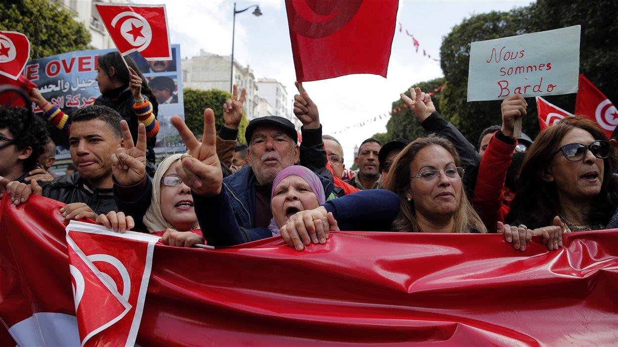 Des Tunisiens défilent dans les rues de Tunis.