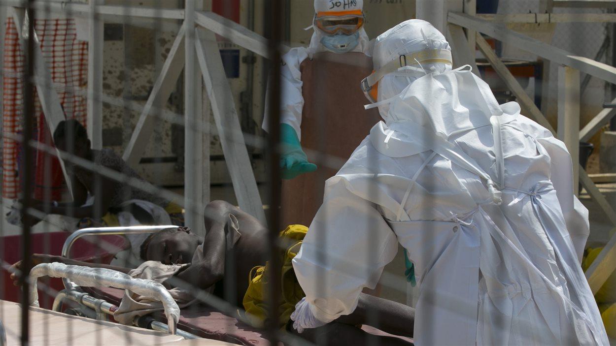 Du personnel médical s'occupe d'un jeune patient de 16 ans en Sierra Leone.