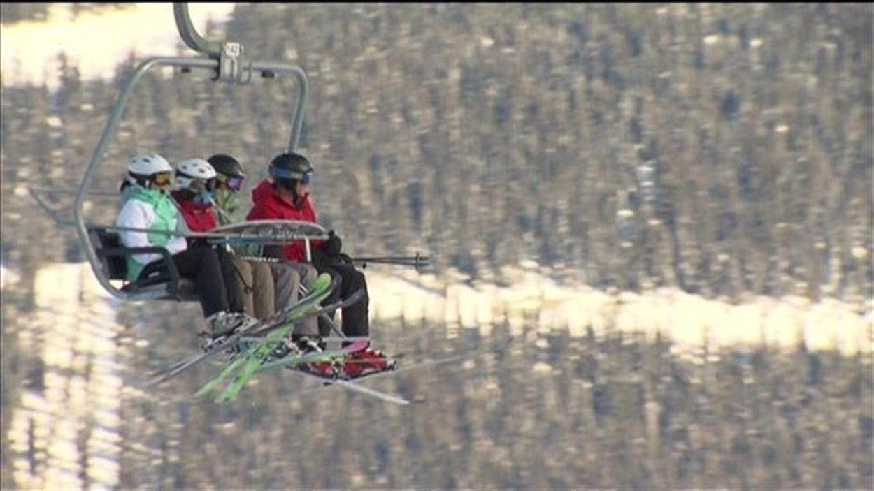 Des skieurs sur un remponte pente à Whistler/Blackcomb