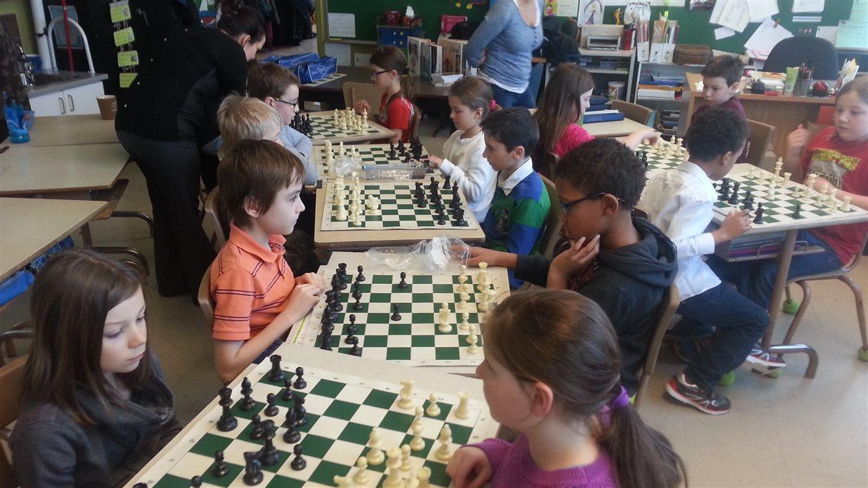 Des enfants jouent aux échecs.