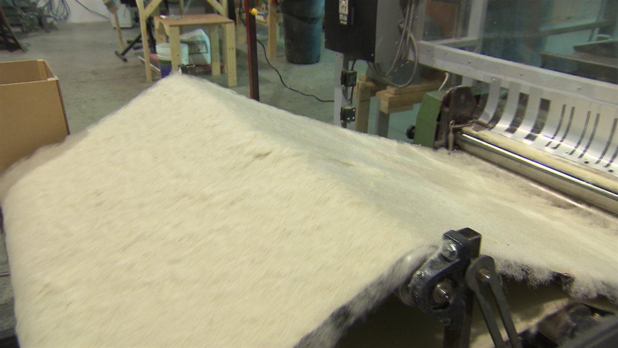Cette machine fabrique le rembourrage de fibres d'asclépiade, utilisé pour isoler les vêtements.