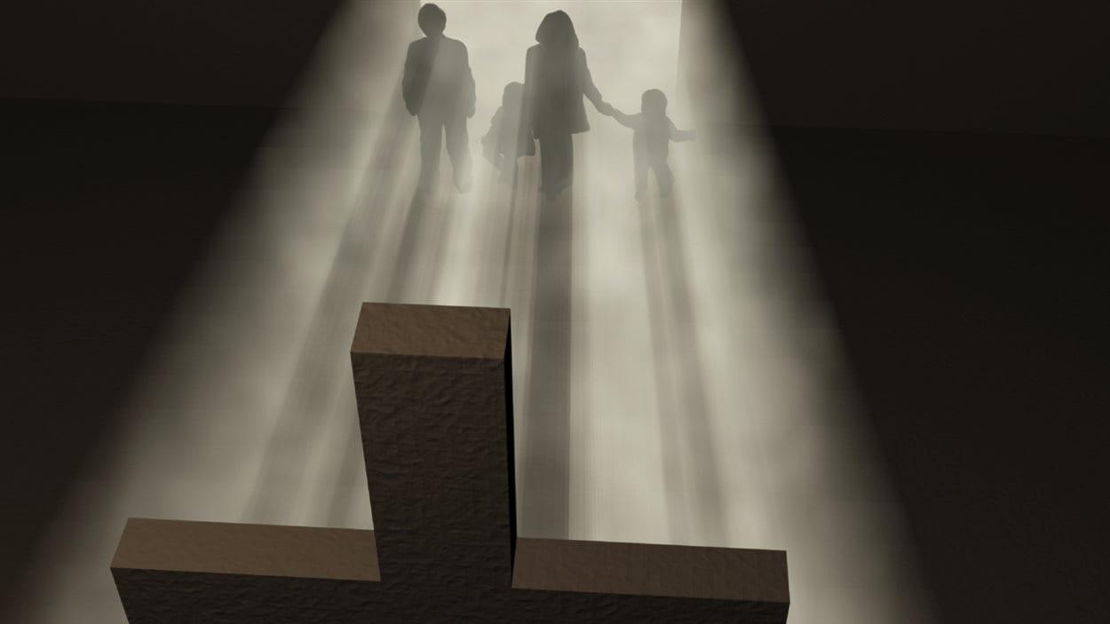 Une famille face à une croix