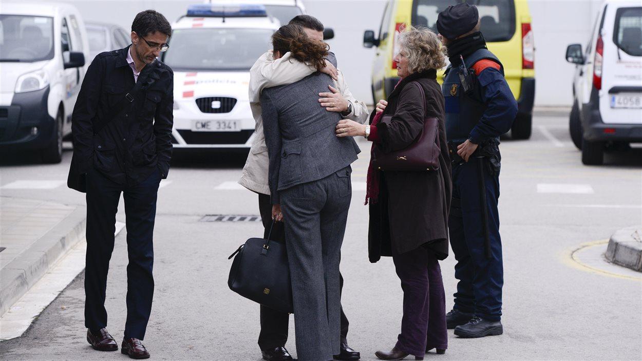 Des proches des passagers arrivent à l'aéroport de Barcelone, où une cellule de crise a été mise sur pied.