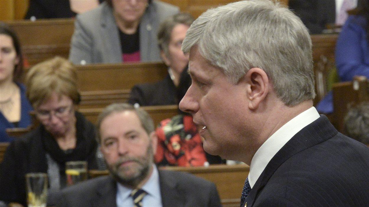 Thomas Mulcair écoute le discours de Stephen Harper aux Communes au sujet de la prolongation de la mission canadienne contre l'État islamique.