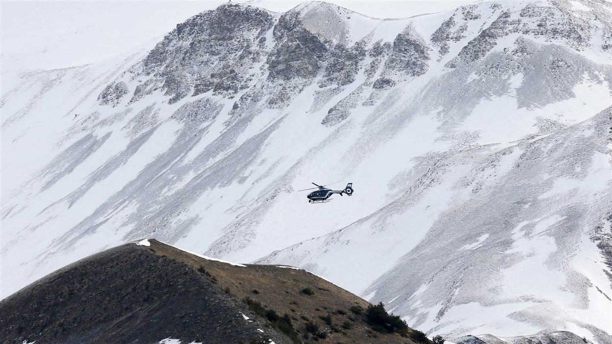 Un hélicoptère survole le site de l'écrasement du A320 de Germanwings dans les Alpes françaises.