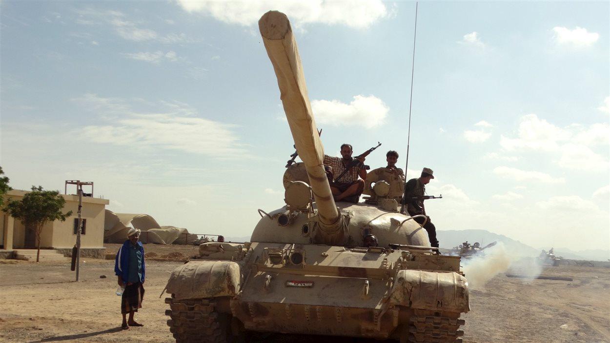 Des fidèles du président Abd Rabbo Mansour Hadi préparent la riposte aux assauts des Houthis.