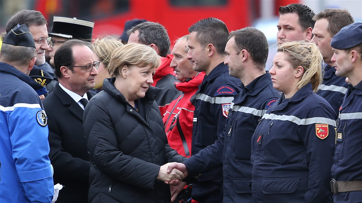 La chancelière allemande, Angela Merkel, le président français, François Hollande, et le chef du gouvernement espagnol, Mariano Rajoy, rencontrent les secouristes à Seynes-les-Alpes.