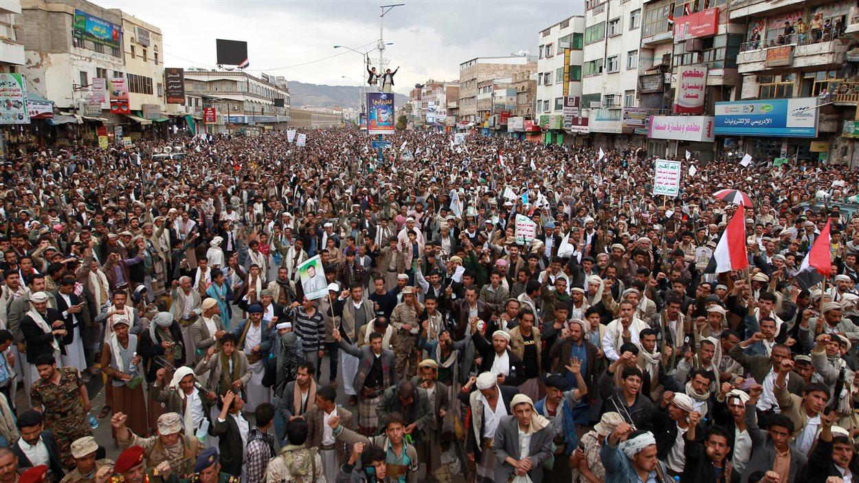 Des partisans des houthis ont manifesté contre l'opération saoudienne, jeudi, à Sanaa.