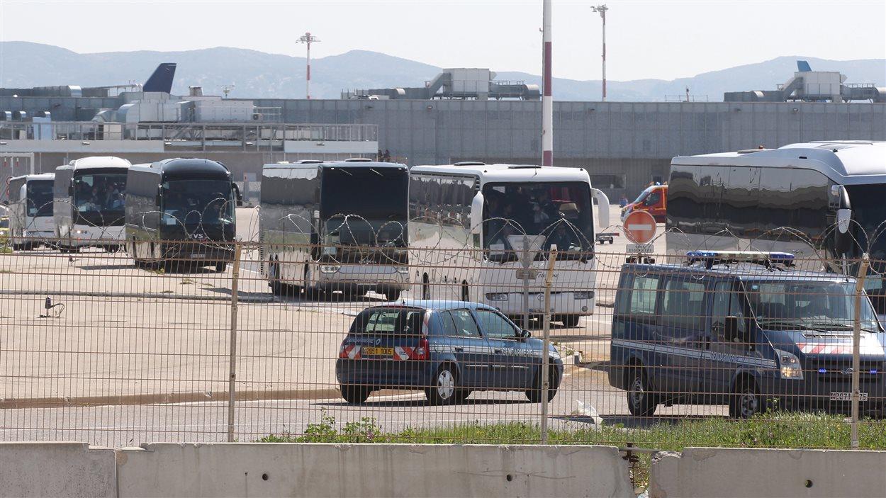 Des autobus transportent les familles des victimes de l'écrasement de l'appareil de Germanwings à partir de l'aéroport de Marseille. Ils seront accueillis à proximité du lieu de la tragédie.